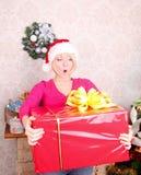 Mujer que envuelve los regalos de Navidad que desgastan santa ha Imágenes de archivo libres de regalías