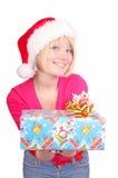 Mujer que envuelve los regalos de Navidad que desgastan santa ha Fotos de archivo