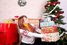 Mujer que envuelve regalos de Navidad Imagenes de archivo