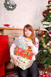 Mujer que envuelve regalos de Navidad Fotos de archivo
