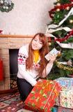 Mujer que envuelve regalos de Navidad imagen de archivo