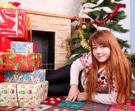 Mujer que envuelve regalos de Navidad fotografía de archivo libre de regalías