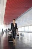 Mujer que es atrasada en el aeropuerto Fotografía de archivo
