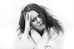 Mujer que es cansada y que se siente mal Imagen de archivo