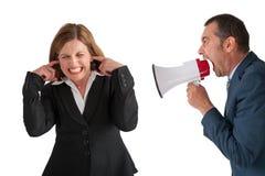 Mujer que es gritada en por el encargado fotografía de archivo