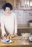 Mujer que escoge una magdalena fresca hecha en casa Fotos de archivo