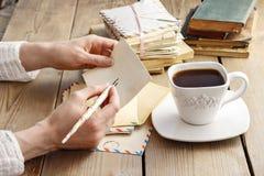 Mujer que escribe una letra Fotos de archivo