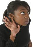 Mujer que escucha imagenes de archivo