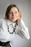 Mujer que escucha Fotos de archivo