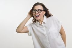 Mujer que escucha algo que lleva a cabo la mano cerca de su oído fotos de archivo libres de regalías