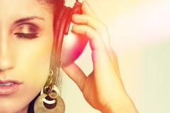 Mujer que escucha de la música imagen de archivo libre de regalías