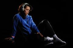 Mujer que escucha la música Imagen de archivo