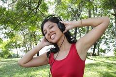 Mujer que escucha la música Imagenes de archivo