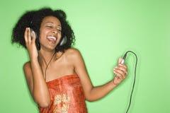 Mujer que escucha la música. Fotos de archivo