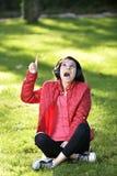 Mujer que escucha la música Foto de archivo libre de regalías