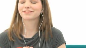 Mujer que escucha la música metrajes