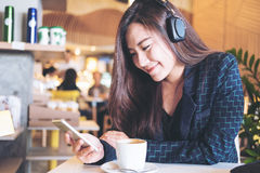 Mujer que escucha la música Fotografía de archivo