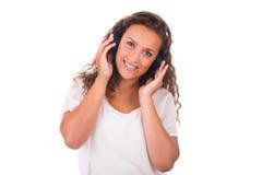 Mujer que escucha la música con los auriculares fotos de archivo