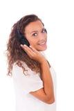 Mujer que escucha la música con los auriculares imágenes de archivo libres de regalías