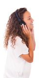Mujer que escucha la música con los auriculares imagenes de archivo