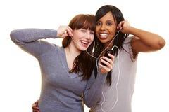 Mujer que escucha la música junto Fotografía de archivo