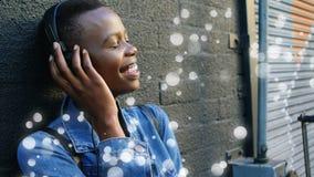 Mujer que escucha la música rodeada por el efecto blanco de las burbujas