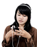 Mujer que escucha la música triste con el teléfono Foto de archivo
