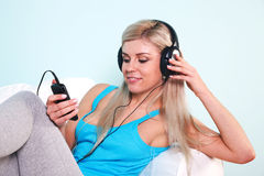Mujer que escucha la música Foto de archivo