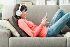 Mujer que escucha la música Fotos de archivo