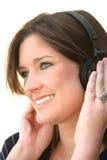 Mujer que escucha los auriculares Fotos de archivo libres de regalías