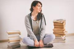 Mujer que escucha un audiolibro imagen de archivo