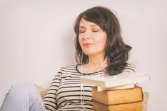 Mujer que escucha un audiolibro imágenes de archivo libres de regalías
