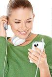 Mujer que escucha una nueva transferencia directa de la música Imágenes de archivo libres de regalías