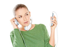 Mujer que escucha una nueva transferencia directa de la música Imagen de archivo