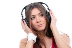 Mujer que escucha y que disfruta de música Imagenes de archivo