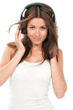 Mujer que escucha y que disfruta de música en auriculares Imagen de archivo libre de regalías