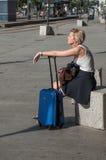 Mujer que espera con la maleta delante de la estación de tren en Mulhouse Fotos de archivo libres de regalías
