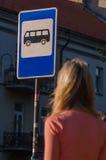 Mujer que espera el omnibus Imagen de archivo