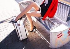 Mujer que espera el tren Fotografía de archivo