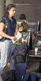 Mujer que espera en el aeropuerto Imagenes de archivo