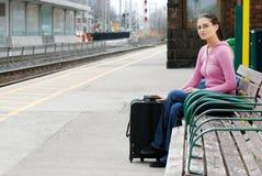 Mujer que espera en la estación de tren Fotografía de archivo libre de regalías
