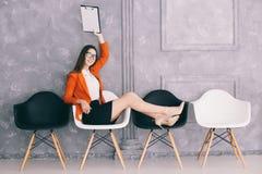 Mujer que espera en la silla la decisión de la entrevista del jon imágenes de archivo libres de regalías
