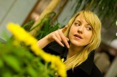 Mujer que espera en pasillo del hotel imagenes de archivo