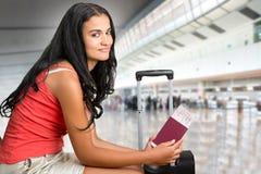 Mujer que espera en un aeropuerto Imagen de archivo libre de regalías