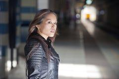 Mujer que espera en un tren Fotografía de archivo