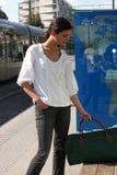 Mujer que espera la tranvía Imagenes de archivo