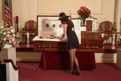 Mujer que está de luto Imagen de archivo libre de regalías