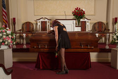 Mujer que está de luto Fotografía de archivo libre de regalías