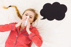Mujer que está enferma teniendo gripe que miente en cama Imagen de archivo