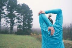 Mujer que estira al aire libre Imagen de archivo libre de regalías